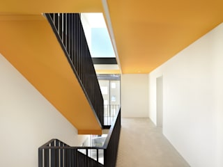 m67 architekten Modern Corridor, Hallway and Staircase