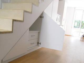 Armario a medida abuhardillado bajo escalera | Barcelona | Mariela de Fusteriamanel.com Moderno