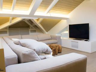 Residenza privata con sistema multimediale Integrato Soggiorno moderno di C.A.T di Bertozzi & C s.n.c Moderno