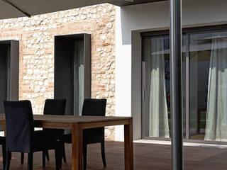 JBHouse Balcone, Veranda & Terrazza in stile rurale di SARA DALLA SERRA ARCHITETTO Rurale