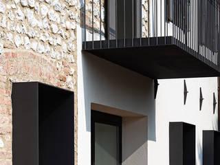 JBHouse Finestre & Porte in stile moderno di SARA DALLA SERRA ARCHITETTO Moderno