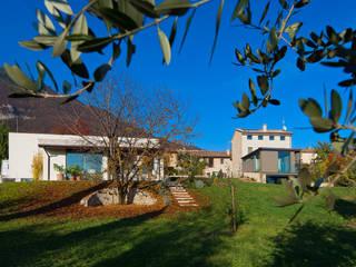 Tommy House Giardino rurale di SARA DALLA SERRA ARCHITETTO Rurale