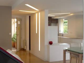 MAISON H Couloir, entrée, escaliers modernes par Innen Architecture Moderne