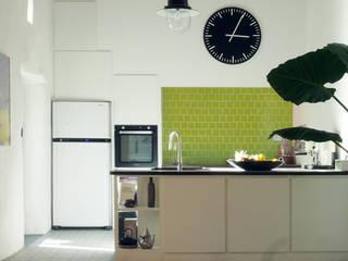 Une cuisine dans un cabanon provençal, Campagne d'Aix en Provence Cuisine moderne par Agence Design d'Espaces Moderne