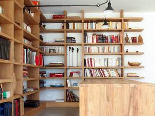 Une bibliothèque dans une salle à manger, maison contemproraine, Aix en Provence par Agence Design d'Espaces Moderne