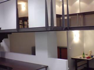 Rénovation d'un garage en agence d'architecture: Bureaux de style  par Atelier d'Architecture du Golfe