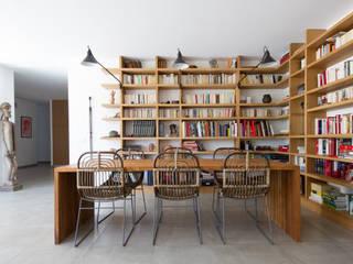 Une bibliothèque dans une salle à manger, maison contemproraine, Aix en Provence Salle à manger moderne par Agence Design d'Espaces Moderne