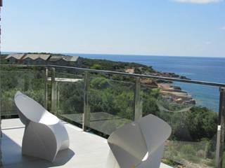 Морской воздух . Балкон и терраса в стиле минимализм от VNUTRI Минимализм