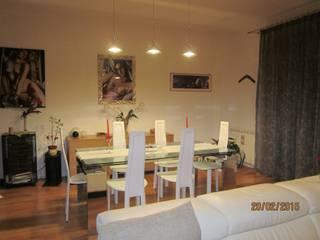 La zona living: Sala da pranzo in stile in stile Moderno di Mario Arcuri architetto