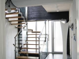 Морской воздух . Коридор, прихожая и лестница в стиле минимализм от VNUTRI Минимализм