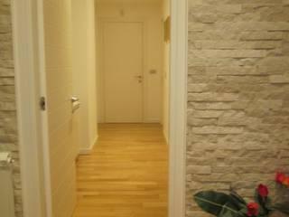 L'ingresso: Ingresso & Corridoio in stile  di Mario Arcuri architetto