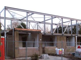 De stalen constructie van de bovenverdieping net na plaatsing:   door Architéma Architectuurstudio