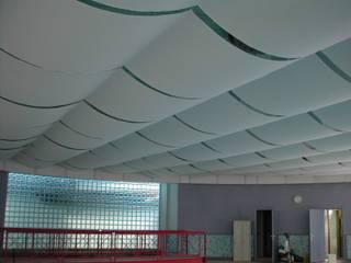 Controsoffitto in tessuto per piscina coperta :  in stile  di M.T. arredamenti snc