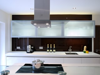 Urban Style Magnolia handle-less kitchen with brown glass Urban Myth Modern kitchen