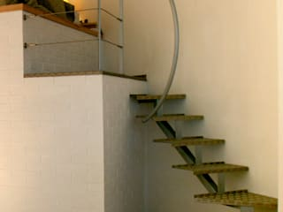 Vestíbulos, pasillos y escaleras de estilo  por Simone Grazzini