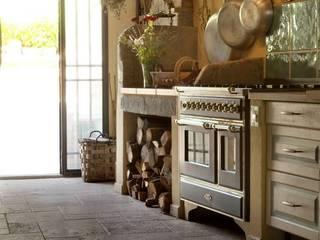 Cucina rustica di casa nella campagna toscana: Cucina attrezzata in stile  di Pietre di Rapolano