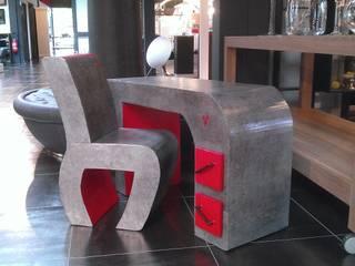 Bureau et sa chaise: Bureau de style de style eclectique par Carton and CO