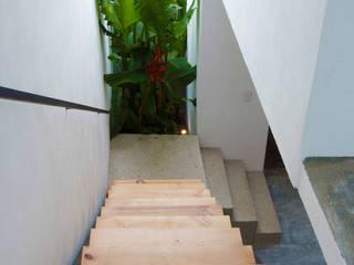 Pasillos, vestíbulos y escaleras de estilo moderno de rOOtstudio Moderno
