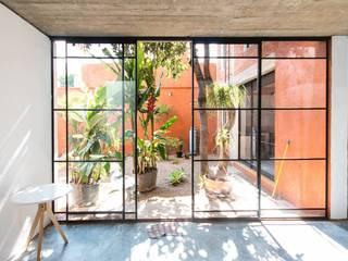 CASA XOCHIMILCO _ II: Jardines de estilo  por rOOtstudio
