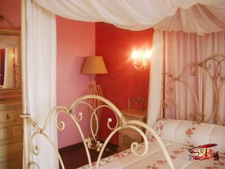 Detalle dormitorio Versalles.:  de estilo  de Forja Arroyo