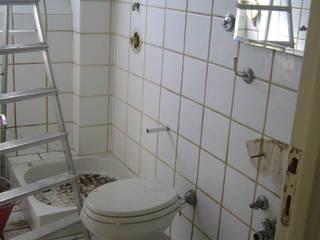 Ieri: un bagno anonimo bianco e mal organizzato:  in stile  di Studio Architettura Vitale