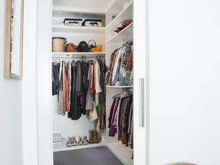 Closets  por homify , Moderno