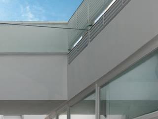 Pabellón de duchas: Pasillos y vestíbulos de estilo  de LAR arquitectura