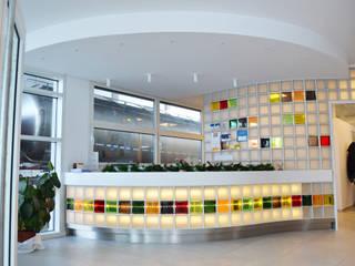 Bancone reception: Complessi per uffici in stile  di Studio architetto Mauro Gastaldo