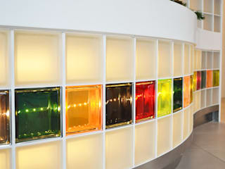 Dettaglio bancone reception: Complessi per uffici in stile  di Studio architetto Mauro Gastaldo