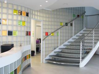 Reception e scala di accesso al primo piano: Complessi per uffici in stile  di Studio architetto Mauro Gastaldo
