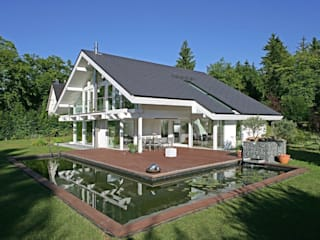 A dream come true: the perfect house for a waterlily pond – swimming pool! by DAVINCI HAUS GmbH & Co. KG Сучасний