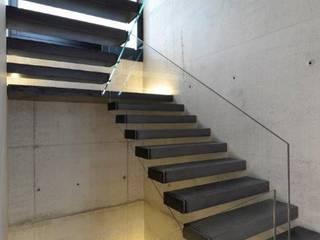 Scala di design a sbalzo made in italy [Cantilever stairs] Case in stile minimalista di Interbau Minimalista