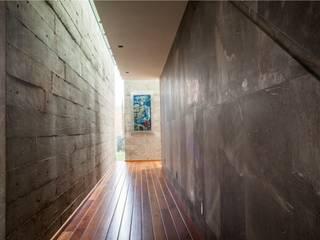 Pasillos, vestíbulos y escaleras modernos de GRUPO VOLTA Moderno