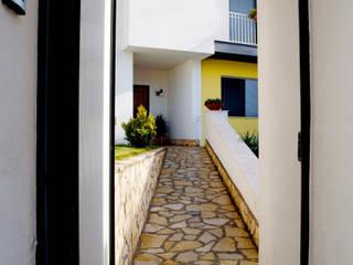 hause5 provincia di Caserta Ingresso, Corridoio & Scale in stile moderno di studiozero Moderno