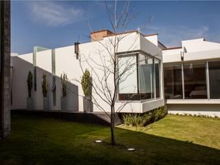 GRUPO VOLTA Modern houses
