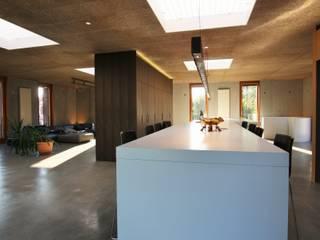 Kücheninsel mit Küchenschrankwand:   von Isoluzioni -  Exklusivität, Stil und Design, Made in Italy