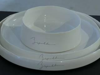 Jeu d'assiettes en porcelaine avec impressions:  de style  par CERAMIQUE SEPULCHRE