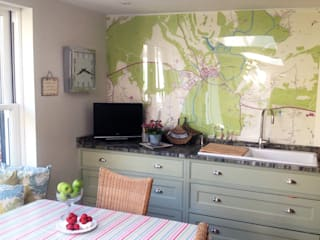 Custom Map Wallpaper Cocinas modernas de Wallpapered Moderno