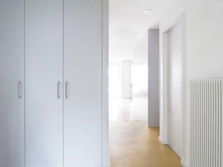 Holzhausen Zweifel Architekten Modern Corridor, Hallway and Staircase