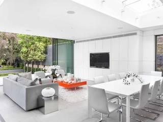FAMILY ROOM: modern Living room by Iggi Interior Design