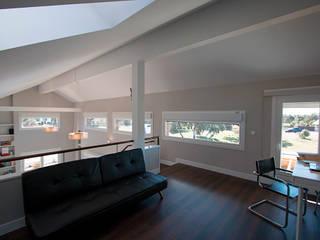 Despacho con balcón al salón: Estudios y despachos de estilo  de Canexel