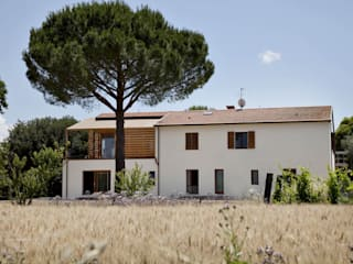 Ristrutturazione ed ampliamento di un fabbricato rurale a Suvereto (LI): Case in stile in stile Mediterraneo di mc2 architettura