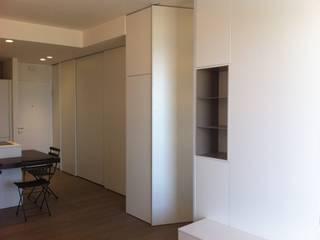 Sliding  doors, white walls and gray boxes:  in stile  di OPERA ITALIAN DESIGN