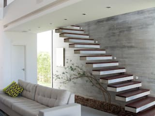 Modern Corridor, Hallway and Staircase by SBARDELOTTO ARQUITETURA Modern