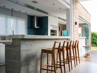 Modern kitchen by SBARDELOTTO ARQUITETURA Modern