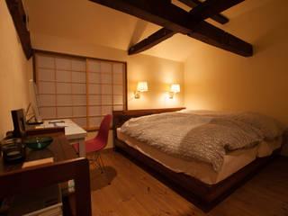 山梨の舎Ⅱ(民家再生)‐寝室: 有限会社中村建築事務所が手掛けた寝室です。