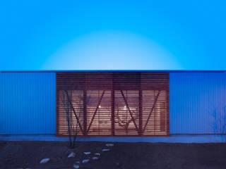 夕景:南側道路より: 有島忠男設計工房が手掛けた家です。