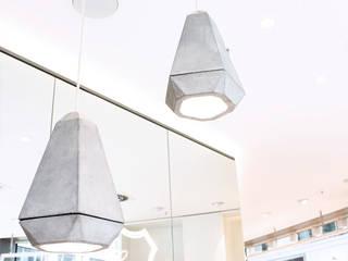 Beton Pendelleuchten:  Geschäftsräume & Stores von SCHATZ + LICHTDESIGN