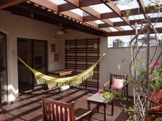 Cobertura Colorida Varandas, alpendres e terraços modernos por Quadrilha Design Arquitetura Moderno