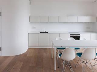 Wohnung S: minimalistische Esszimmer von Möller Mainzer Architekten GmbH